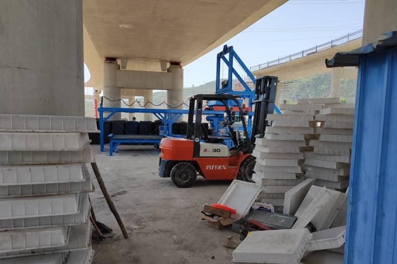 甘肃天水隧道水沟盖板预制构件设备现场模具和叉车