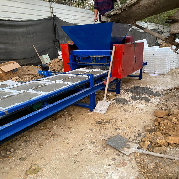 小型皮带式预制构件设备正在生产水沟盖板